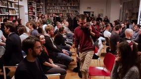 mosca La RUSSIA - marzo 2017 La gente si siede nello sguardo di fila ai loro partner che tipo in maglione sta su e che va circa m archivi video