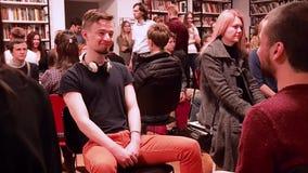 mosca La RUSSIA - marzo 2017 La gente si siede nello sguardo di fila ai loro partner e sorriso circa marzo 2017 nella BIBLIOTECA  video d archivio