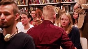 mosca La RUSSIA - marzo 2017 La gente si siede nello sguardo di fila ai loro partner e sorriso circa marzo 2017 nella BIBLIOTECA  stock footage