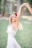 Mosca loura do cabelo do ` s da noiva quando girar em torno da mão do ` s do noivo foto de stock