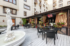 MOSCA - LUGLIO 2013: L'interno di un ristorante PivCo della birra del terrazzo di estate Pub moderno del Russo di interios Fotografia Stock