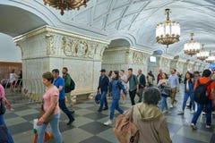MOSCA, MAGGIO, 13, 2018: Diversità della gente alla stazione della metropolitana russa del sottopassaggio Gruppo di persone che c fotografia stock