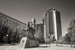 MOSCA, MAGGIO, 9, 2018: Monumento con generale Bagration P I statua: un eroe della guerra 1812, davanti al centro di affari dell' immagine stock libera da diritti