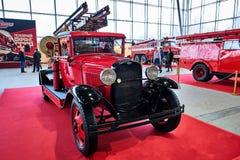 MOSCA - 9 MARZO 2018: Camion dei vigili del fuoco PMG-1 1932 alla mostra vecchia fotografie stock