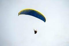 Mosca no céu azul saltando de paraquedas Fotos de Stock
