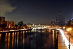 Mosca, notte, fiume, case, Fotografie Stock Libere da Diritti