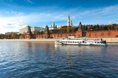 Mosca - 12 ottobre: Barca davanti a Mosca K Immagine Stock Libera da Diritti