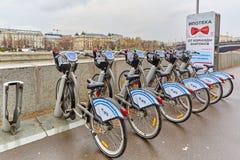 Mosca - 10 04 2017: Parcheggio del bycicle della città vicino al fiume, Mo Immagini Stock