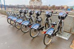 Mosca - 10 04 2017: Parcheggio del bycicle della città vicino al fiume, Mo Fotografia Stock Libera da Diritti