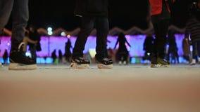 mosca Pista di pattinaggio all'aperto Pattino della gente nell'inverno Tempo di sera Indicatori luminosi di natale stock footage