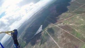 Mosca profesional del skydiver en el paracaídas en cielo Deporte extremo adrenalina almacen de metraje de vídeo