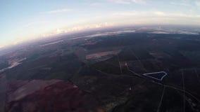 Mosca profesional del skydiver en el paracaídas en cielo horizonte adrenalina altura almacen de metraje de vídeo
