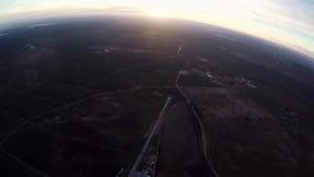 Mosca profesional del skydiver en el paracaídas en cielo horizonte adrenalina tarde almacen de metraje de vídeo