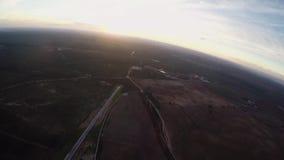 Mosca profesional del skydiver en el paracaídas en cielo horizonte Puesta del sol altura almacen de video