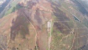 Mosca profesional del skydiver en el paracaídas en cielo Manía extrema adrenalina altura metrajes