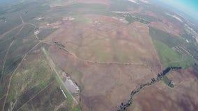 Mosca profesional del skydiver en el paracaídas en cielo Paisaje adrenalina altura almacen de video