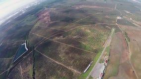 Mosca profesional del skydiver en el paracaídas en cielo Paisaje adrenalina Naturaleza almacen de video