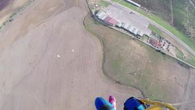 Mosca profesional del skydiver en el paracaídas en cielo Prepárese para aterrizar altura metrajes