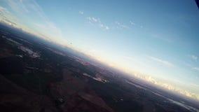 Mosca profesional del skydiver en el paracaídas en cielo en puesta del sol extremo adrenalina almacen de metraje de vídeo