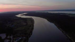 Mosca a?rea de la visi?n superior sobre el r?o Lielupe en Jurmala, primavera 2019 de Letonia durante salida del sol con la violet almacen de video