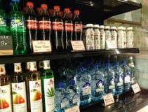 Mosca, rf 12 gennaio 2019: le bottiglie delle bibite sono sullo scaffale fotografia stock libera da diritti