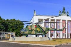Mosca, Russia - 1° agosto 2018: Elicottero russo MI-8T su un fondo degli alberi verdi e su un trasporto del padiglione sulla most fotografie stock