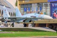 Mosca, Russia - 1° agosto 2018: Primo piano russo del combattente SU-27 su un fondo di elettrificazione del padiglione sulla most immagine stock libera da diritti