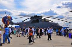 MOSCA, RUSSIA - AGOSTO 2015: alone dell'elicottero Mi-26 di trasporto prese Immagini Stock