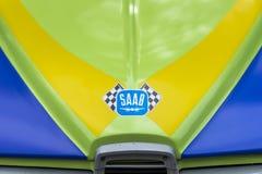 MOSCA, RUSSIA - 26 AGOSTO 2017: Logo dell'automobile di SAAB Scania sul primo piano d'annata multicolore luminoso dell'automobile Fotografia Stock