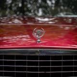 MOSCA, RUSSIA - 26 AGOSTO 2017: Primo piano del logo su un'automobile d'annata, fuoco dell'automobile di Cadillac del selectiv Re Fotografia Stock Libera da Diritti