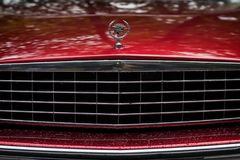 MOSCA, RUSSIA - 26 AGOSTO 2017: Primo piano della griglia rossa dell'automobile di Cadillac e del logo, automobile d'annata Retro Fotografia Stock Libera da Diritti