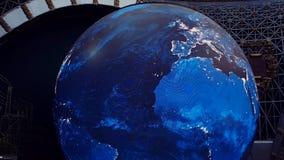 Mosca, Russia 10 agosto 2018: Schermo gigante della cupola sotto forma di globo girante Terra del pianeta archivi video