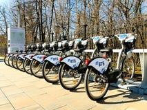 MOSCA, RUSSIA - 19 aprile 2019 Bici della città per noleggio ad una stazione locativa automatica a Mosca contro immagine stock libera da diritti
