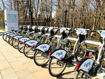 MOSCA, RUSSIA - 19 aprile 2019 Bici della città per noleggio ad una stazione locativa automatica a Mosca contro immagini stock