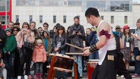 Mosca, Russia - 24 aprile 2016: Fest di Hinode a Mosca Il taiko del gioco dei batteristi dei musicisti tamburella CHU-daiko all'a stock footage