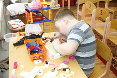 MOSCA, RUSSIA 17 APRILE 2014: il gioco di bambini con i giocattoli ed impegna l'istitutore in un asilo Fotografia Stock Libera da Diritti