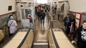 Mosca, Russia - 14 aprile 2018 La gente sta guidando sulla scala mobile in metropolitana archivi video