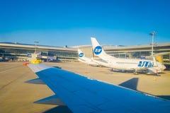 MOSCA, RUSSIA 24 APRILE, 2018: La vista all'aperto dell'aeroporto Vnukovo, la gente aspettante dell'aereo si imbarca sulla linea  Fotografia Stock