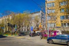 MOSCA, RUSSIA 24 APRILE, 2018: La vista all'aperto delle automobili ha parcheggiato su un lato della strada che circonda con le c Fotografie Stock