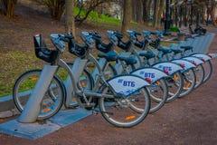 MOSCA, RUSSIA 24 APRILE, 2018: Le bici all'aperto di vista hanno parcheggiato in una fila, per affitto alla stazione locativa aut Immagine Stock Libera da Diritti