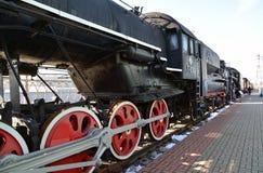 Mosca, Russia - 1° aprile 2017 Le ruote della locomotiva P-001 in museo di storia di sviluppo di trasporto ferroviario Fotografie Stock Libere da Diritti