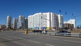 Mosca, Russia 22 aprile 2018 Paesaggio della città con la strada e case in Zelenograd stock footage