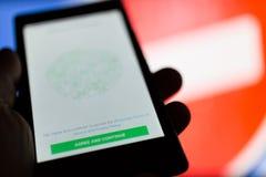 MOSCA, RUSSIA - 16 APRILE 2018: Telefono cellulare con l'applicazione di Whatsapp a disposizione contro un segno proibente Fotografia Stock