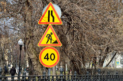 Mosca, Russia, 15 aprile, 2017 ` Temporaneo degli stretti di strada del ` dei segnali stradali avanti, ` dei lavori stradali del  Immagine Stock Libera da Diritti