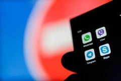 MOSCA, RUSSIA - 16 APRILE 2018: Un telefono cellulare con i messaggeri istantanei popolari a disposizione contro un segno proiben Fotografia Stock Libera da Diritti