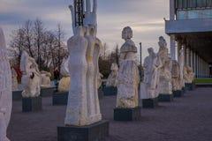 MOSCA, RUSSIA 24 APRILE, 2018: Vista delle sculture moderne nel parco di Mosca delle arti Muzeon che i monumenti caduti parcheggi Immagini Stock