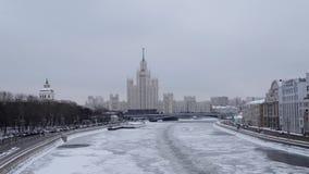 Mosca, Russia - dicembre 2018: Fiume di Mosca congelato a dicembre sui precedenti del ministero degli affari esteri stock footage