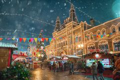 Mosca, Russia - 5 dicembre 2017: GOMMA della Camera commerciale dell'albero di Natale sul quadrato rosso a Mosca, Russia Immagini Stock Libere da Diritti