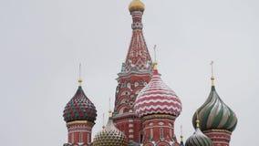 MOSCA, RUSSIA - DICEMBRE 2018: Inclini su delle cupole della cattedrale del basilico della st sui precedenti del cielo grigio video d archivio