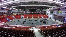 MOSCA, RUSSIA - DICEMBRE 2017: Montaggio della pista di pattinaggio sul ghiaccio dell'interno per l'installazione del ring Una st archivi video
